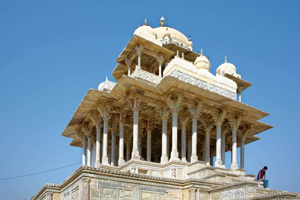 imagem exterior do cenotafio de 84 pilares