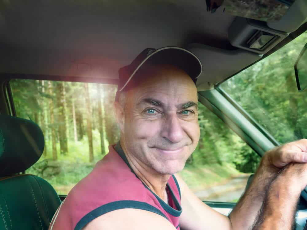 homem com sorriso na cara