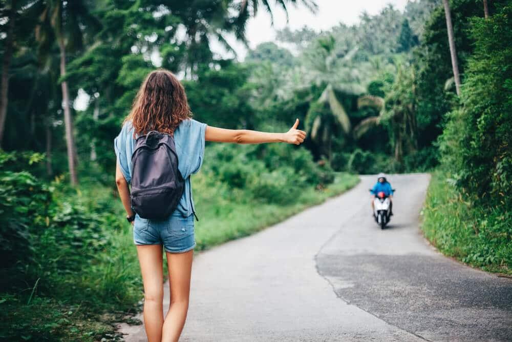 mulher pede boleia a uma mota que passa