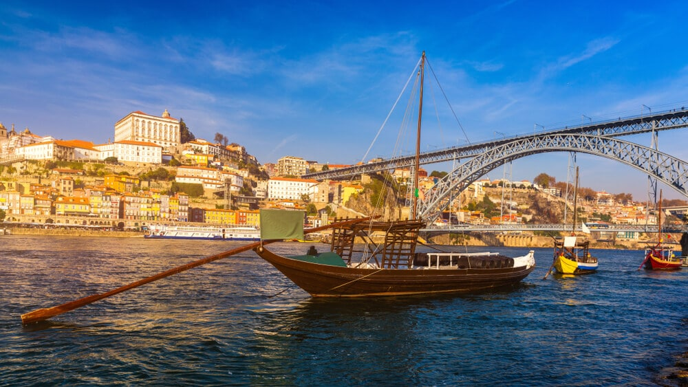ponte dom luis e barcos rabelos no porto