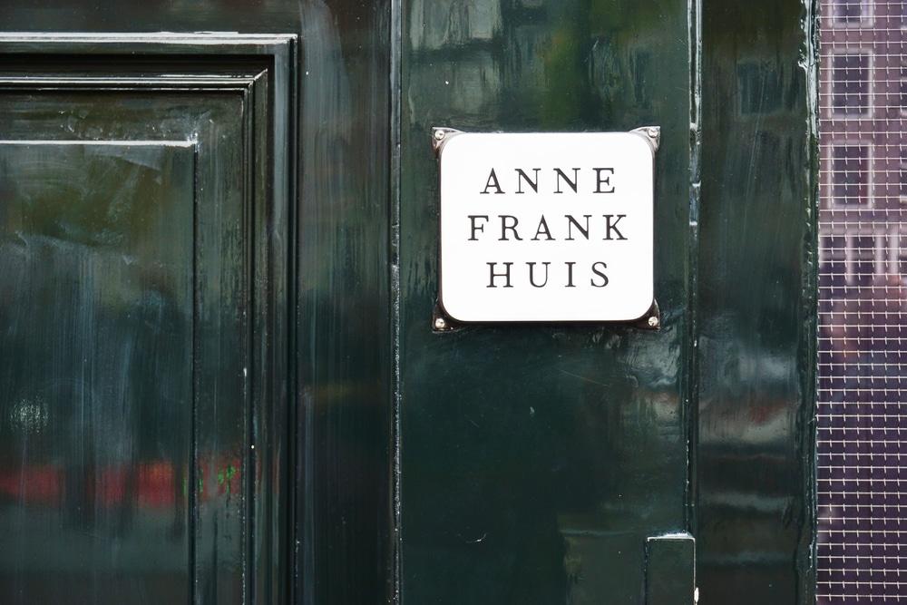 placa simples na entrada do museu de anne frank