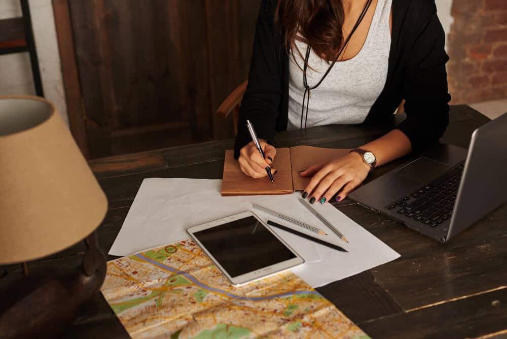 mulher pesquisa sobre viagens