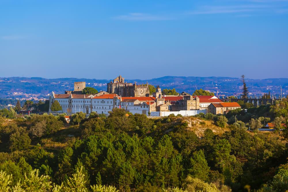 vista panoramica de tomar com o convento em primeiro plano
