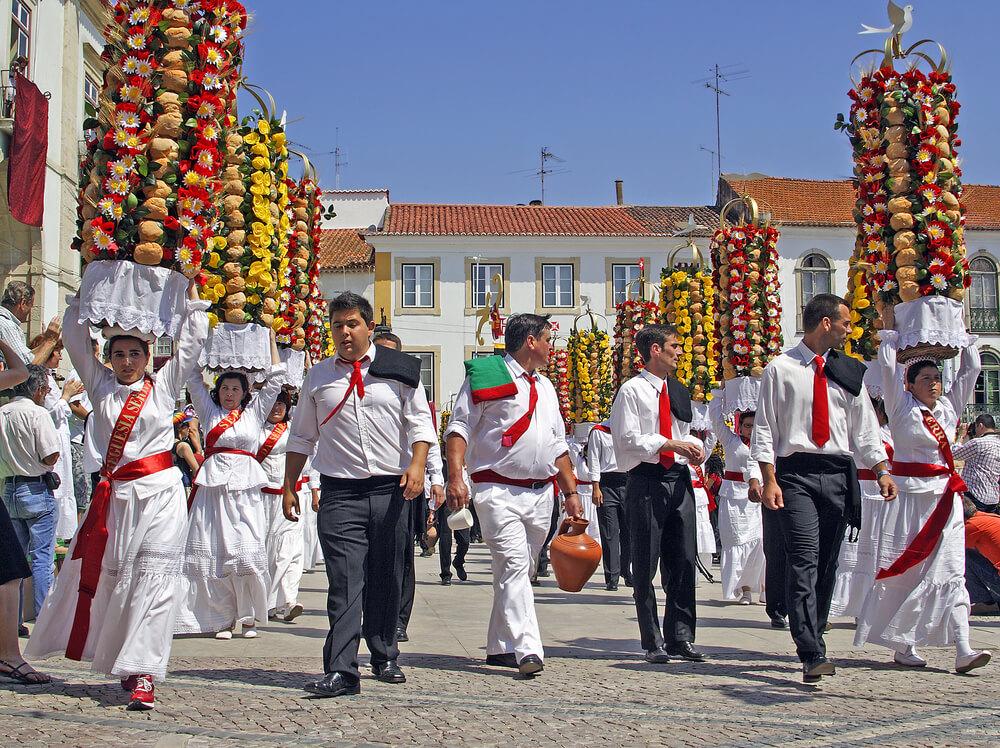 homens e mulheres no desfile da festa dos tabuleiros