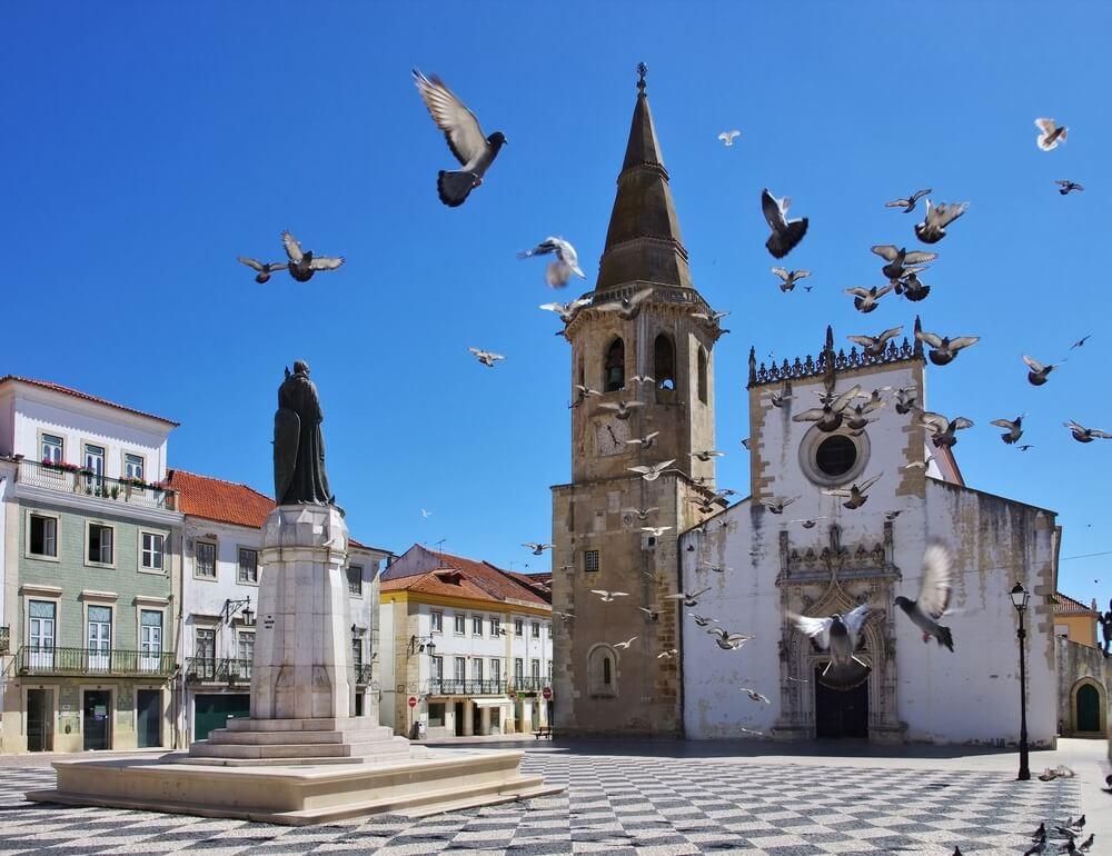 uma das muitas igrejas de tomar com pombas a voar