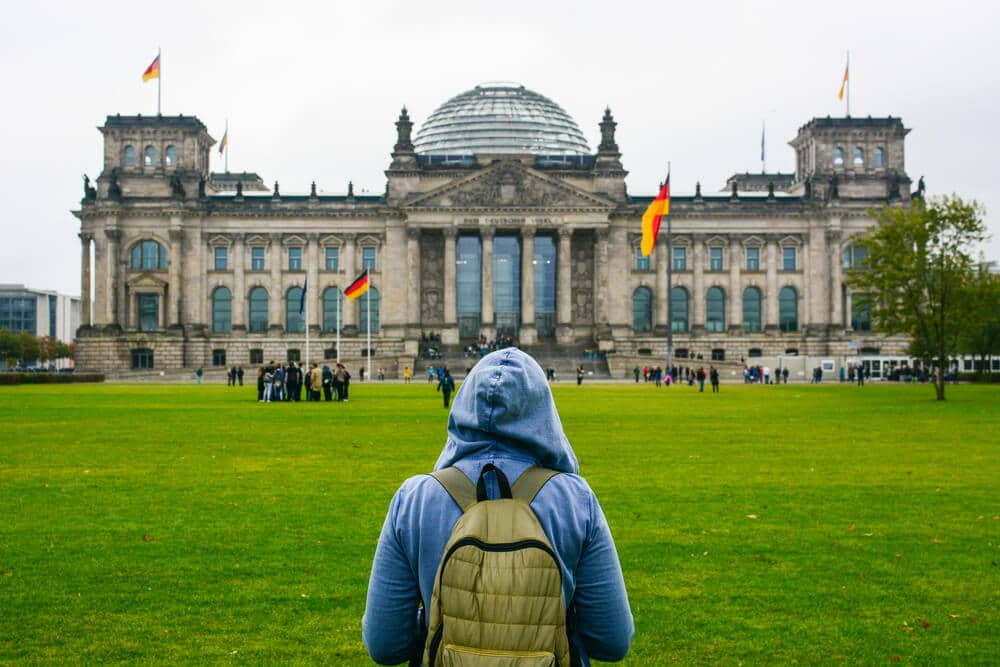 jovem turista visita a alemanha