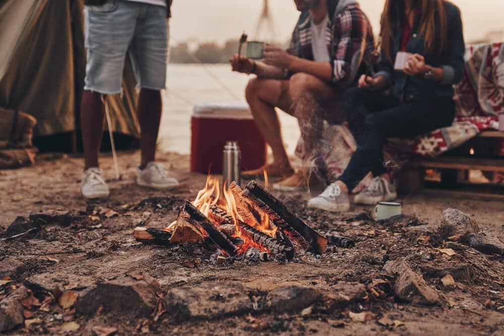fogueira com grupo de amigos sentados a volta