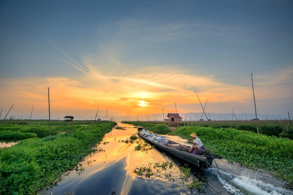 barcos no lago inle no myanmar