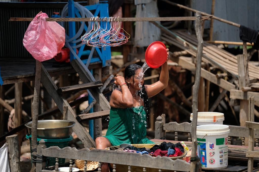 mulher de chong khneas a tomar banho