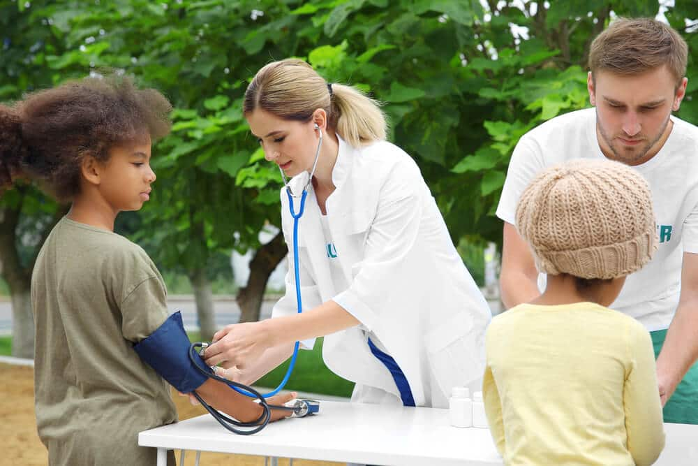 dois medicos verificam pressao arterial