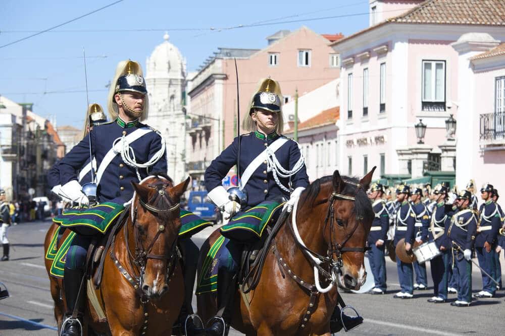 dois gnr a cavalo durante a cerimonia do render da guarda