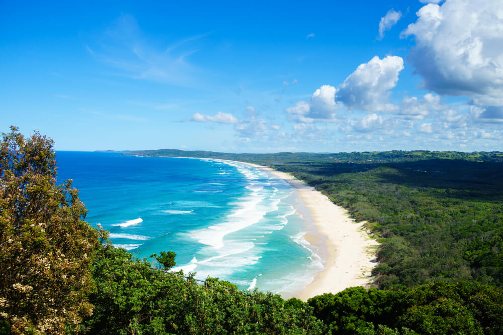 mar, areal e floresta da praia de tallow em byron bay