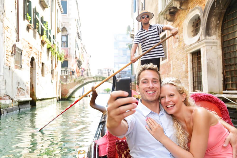 casal a fazer uma selfie numa gondola