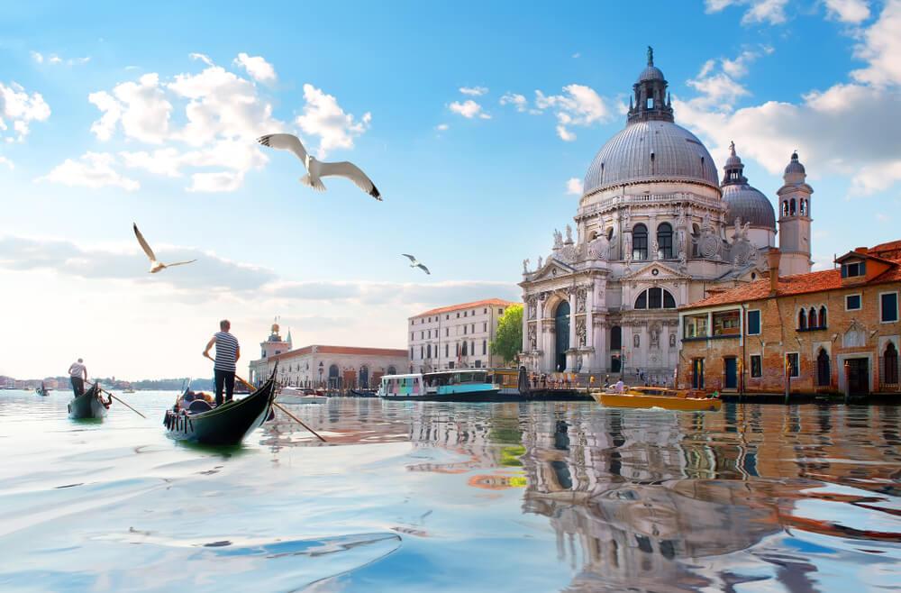gondola, gaivotas e antiga catedral de santa maria de la salutte