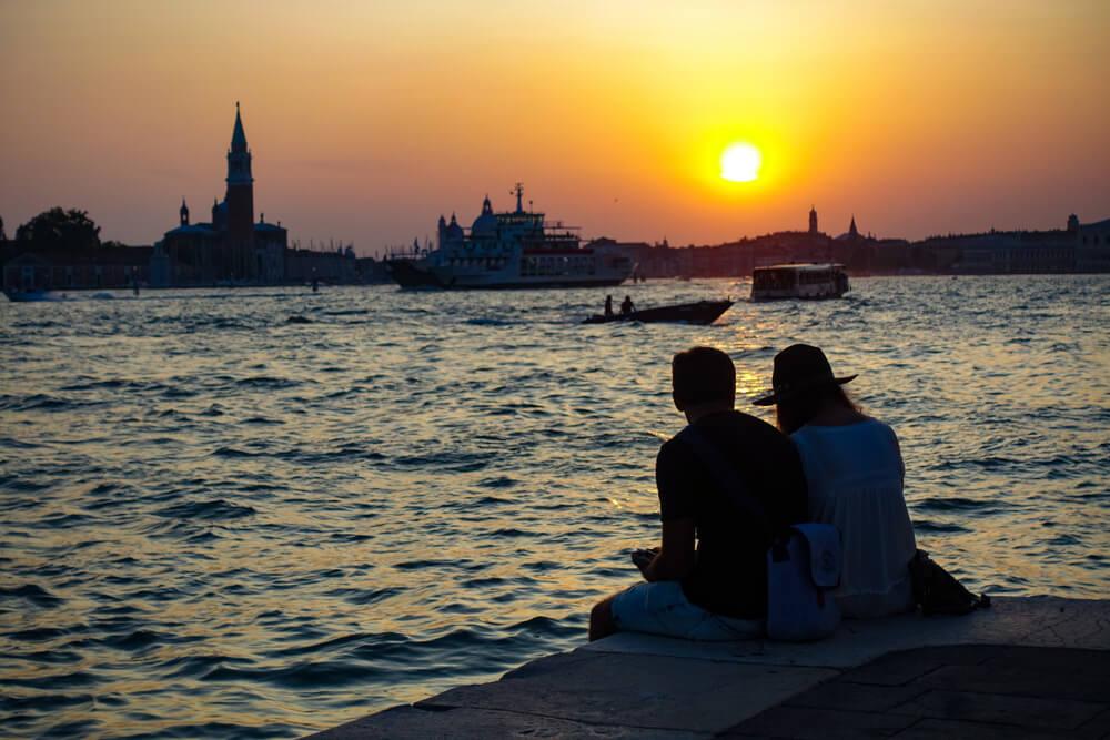 cassal assiste ao por do sol num dos canais de veneza