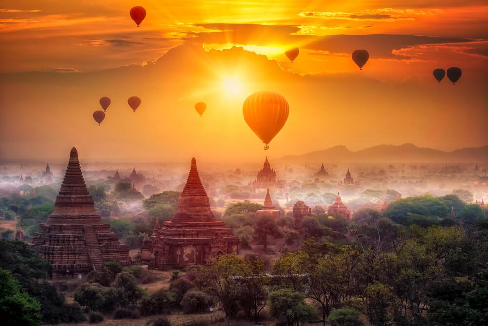 templos em bagan com baoes de ar quente no horizonte