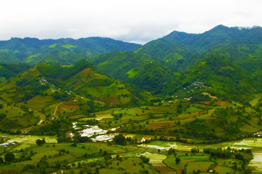 vista aerea dos campos durante o trekking até inle lake