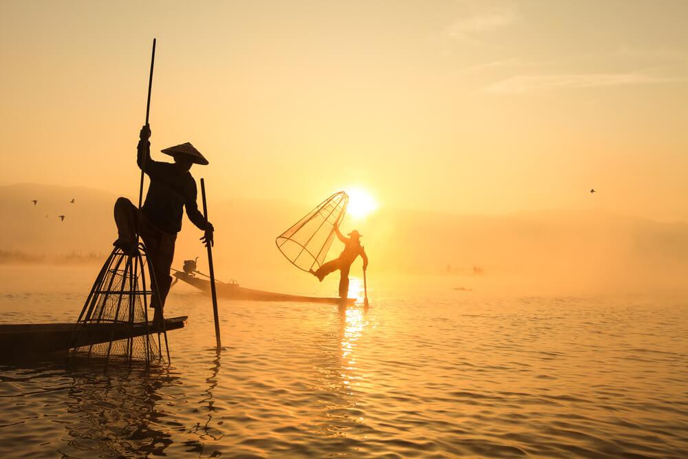 pescadores com as suas redes tradicionais em inle lake