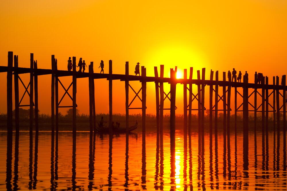 ponte u bein sobre o rio Ayeyarwady ao atardecer