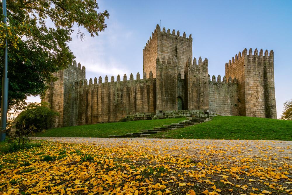 vista do castelo de guimaraes e dos jardins que o rodeiam