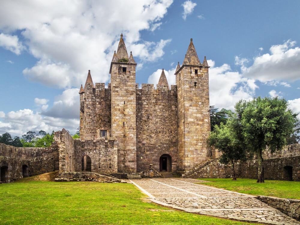 vista do castelo de santa maria da feira e dos jardins que o rodeiam