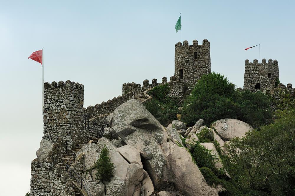 vista do castelo dos mouros em sintra e dos jardins que o rodeiam