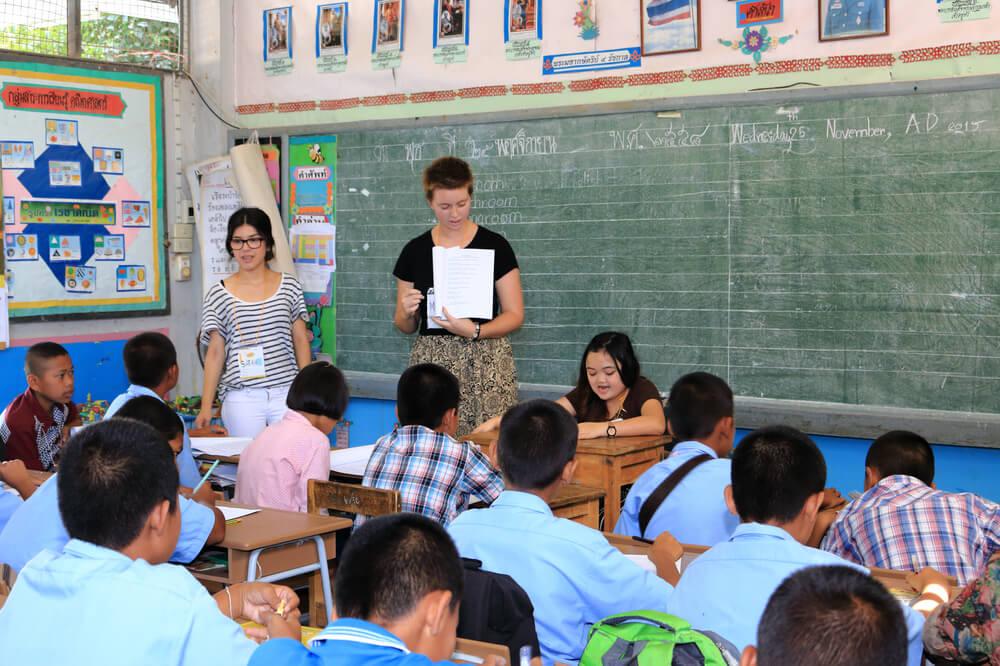 mulher ajuda a dar aulas numa escola