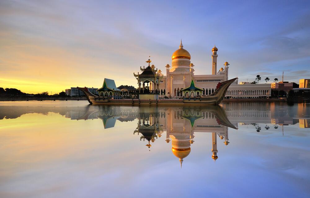 mesquita de brunei refletida no rio