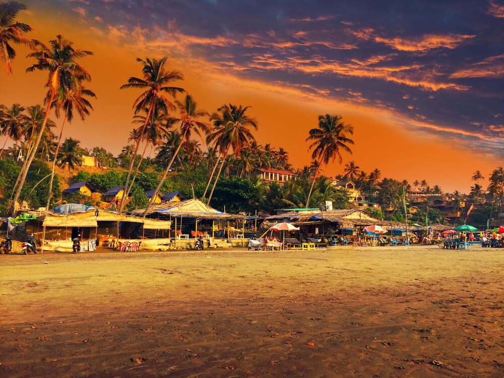 praia de goa ao por do sol