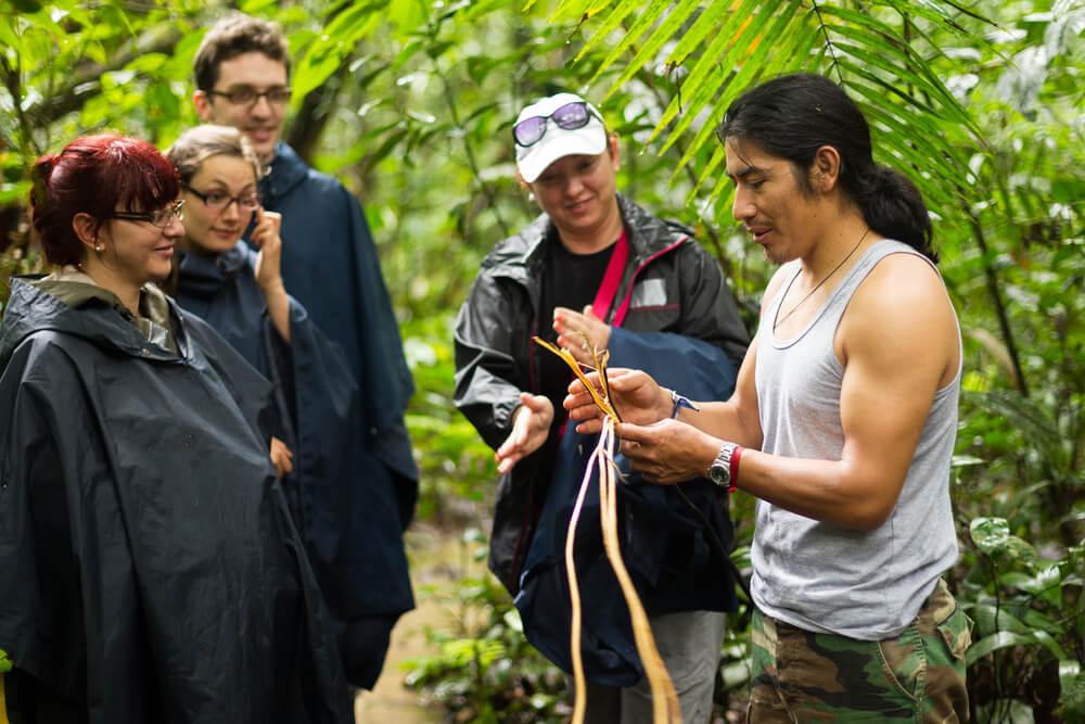 guia nativo da amazonia com grupo de turistas
