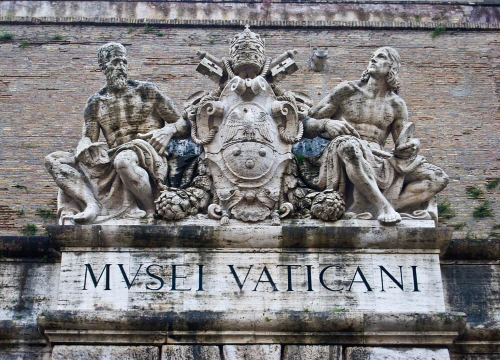 placa na entrada dos museus do vaticano