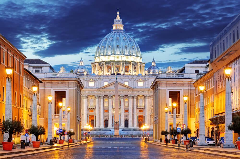 basilica de sao pedro iluminada a noite