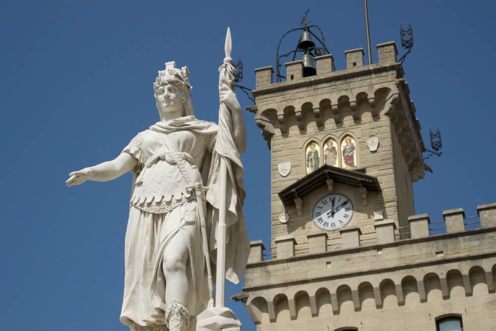 estatua em frente a camara municipal