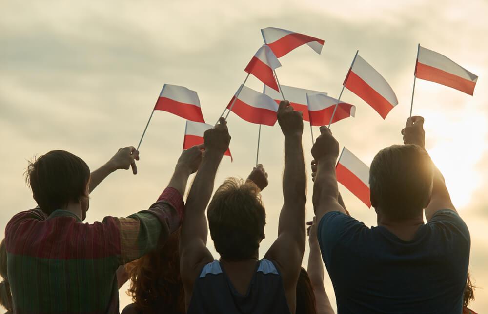 pessoas com bandeiras da polonia