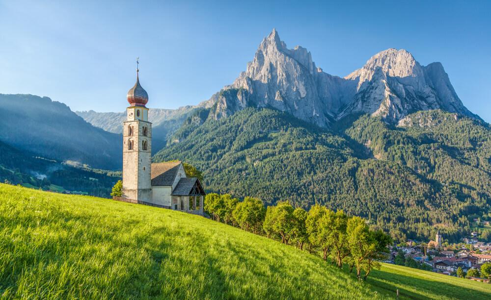 igreja na zona italiana do tirol com os dolomitas ao fundo