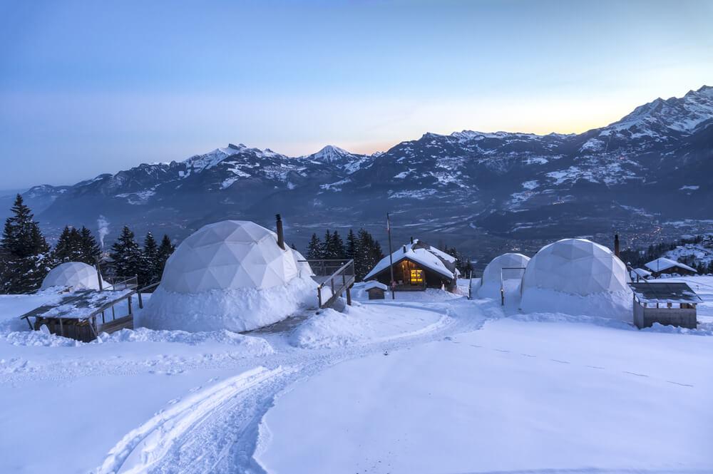 iglos whitepod na suiça no meio da neve