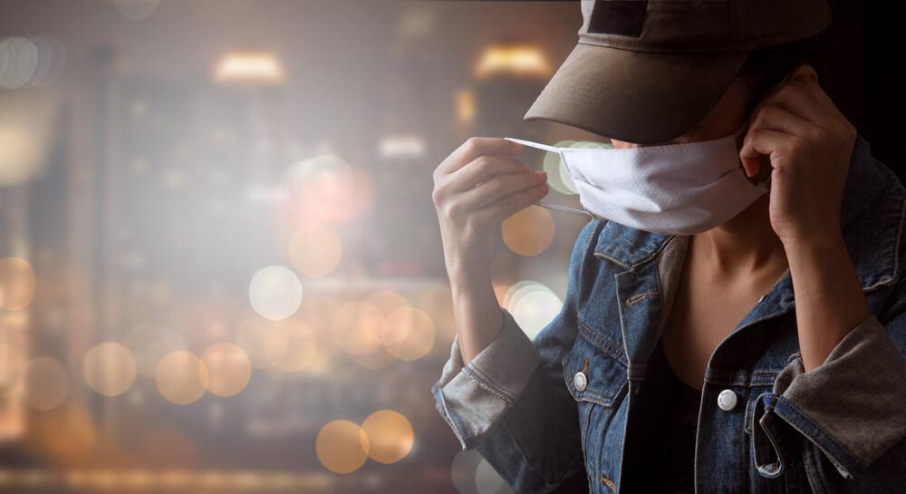 mulher poe mascara para se proteger