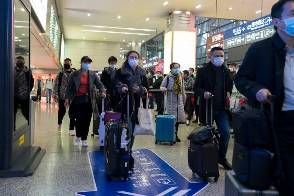 viajantes com mascara num aeroporto