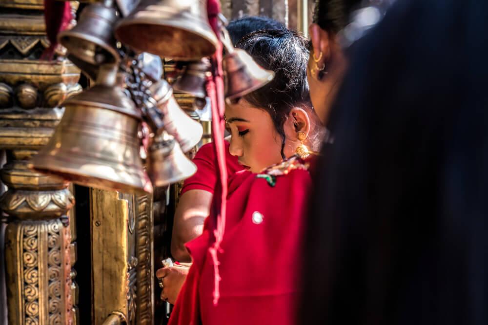 pessoas a rezar num templo budista