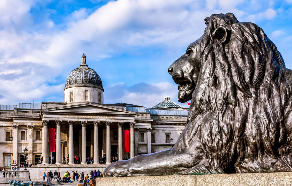 leao de trafalgar square e national gallery ao fundo