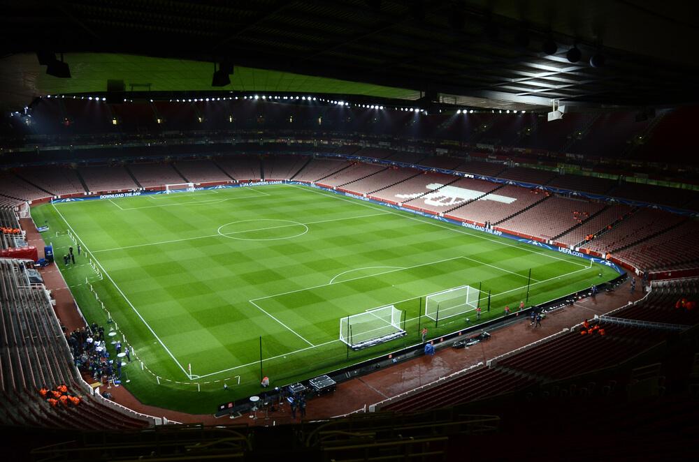 vista sobre o relvado de um estadio de futebol
