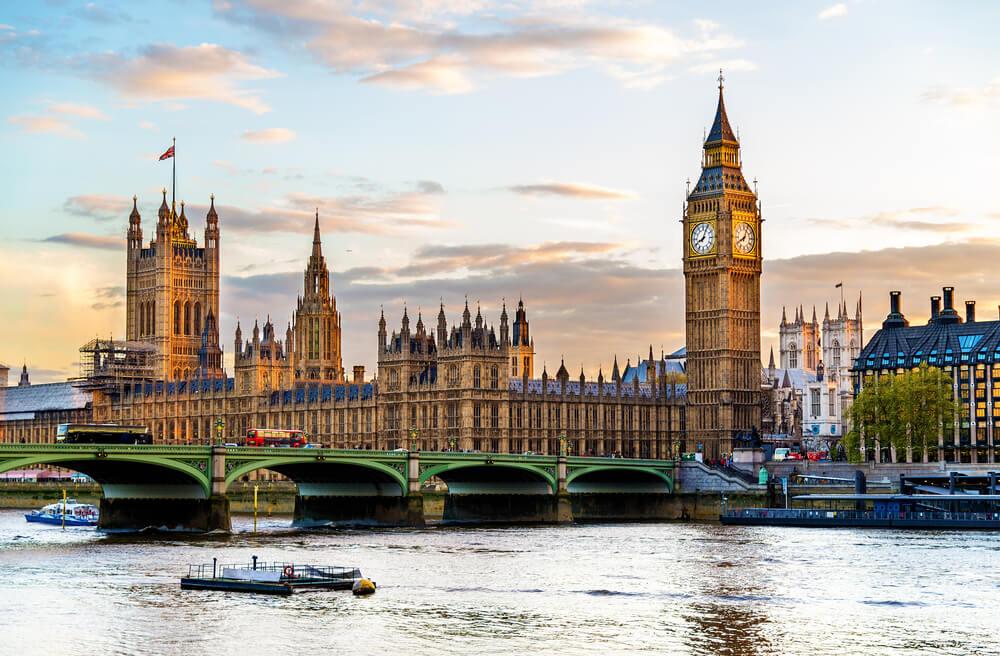 parlamento e big ben com rio tamisa em primeiro plano