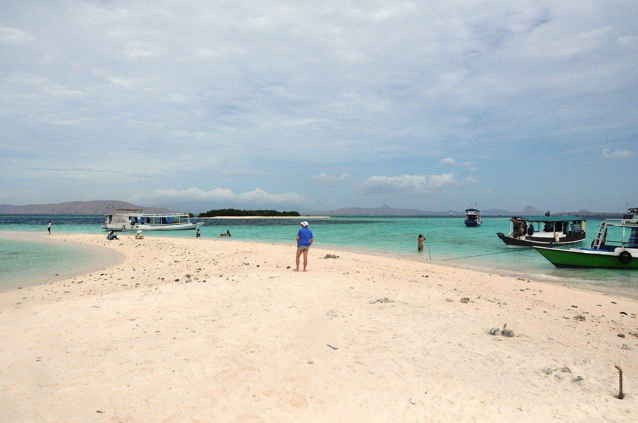 pessoas na praia na ilha das flores