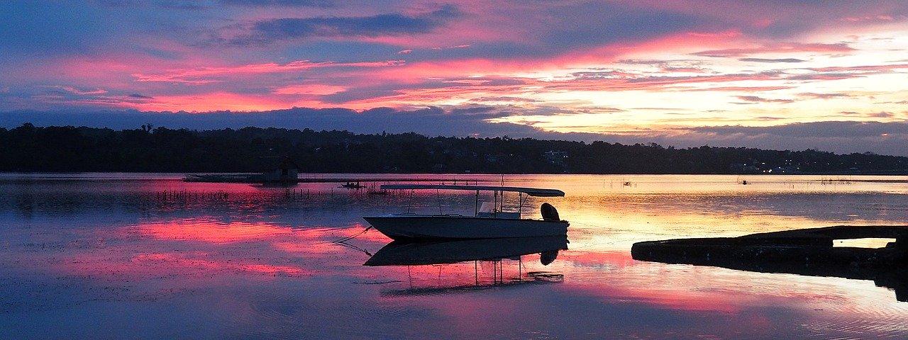 fim do dia em bohol com barcos no rio