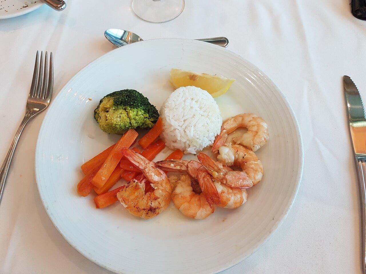 prato de comida num cruzeiro