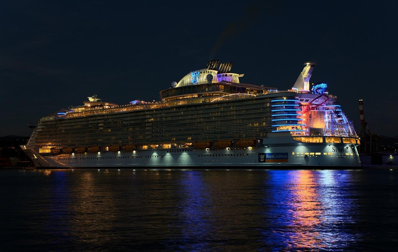 navio cruzeiro atracado de noite