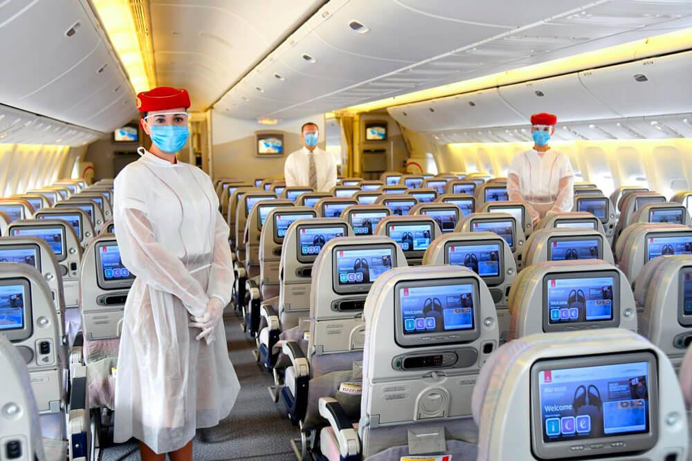 tripulaçao da emirates com mascaras