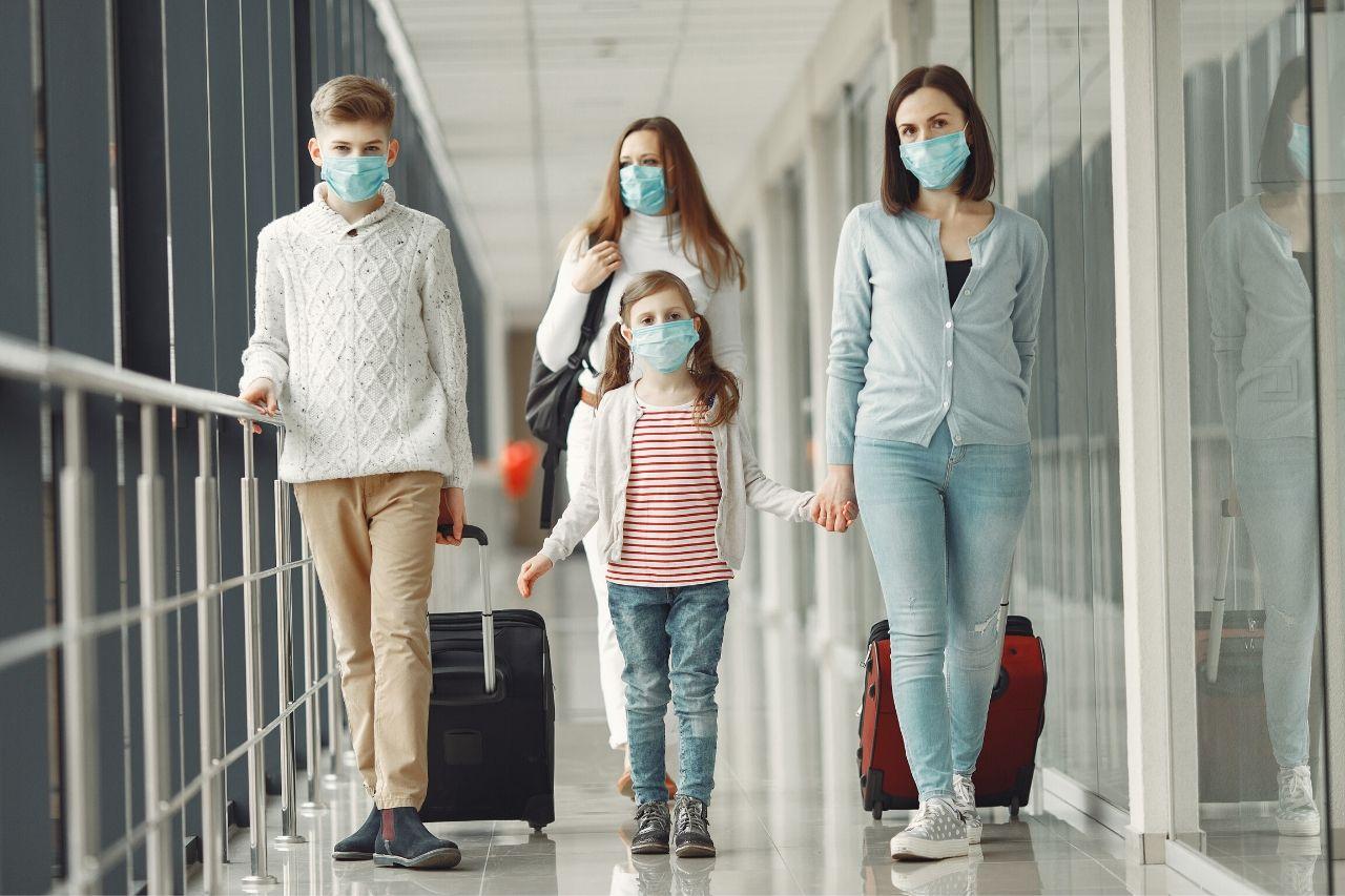 familia com mascaras num aeroporto