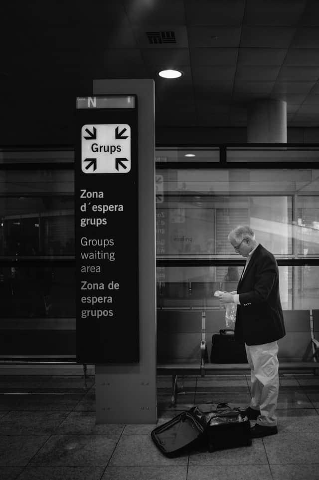 pessoa a espera no aeroporto