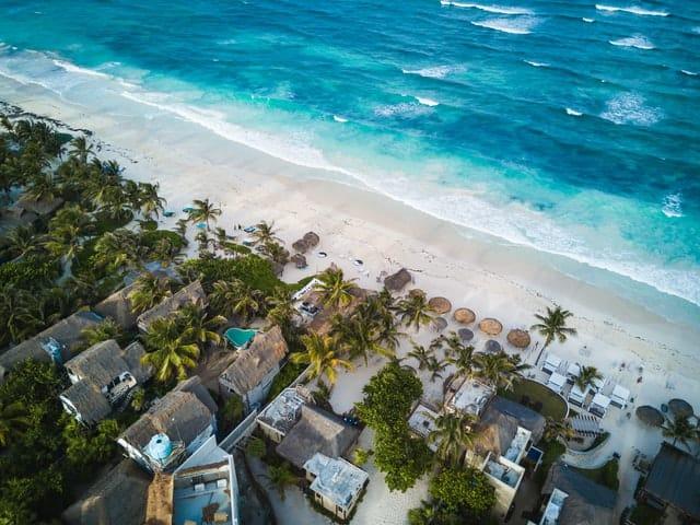 Praia em Tulum com baía e alojamentos locais, no México